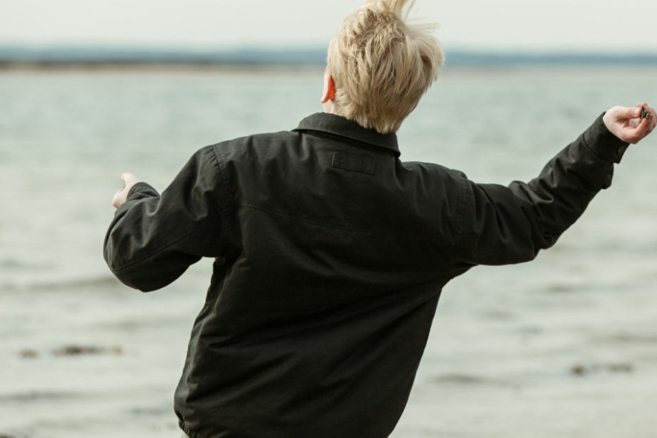Zwei Kinder warfen Steine auf ein Passagierschiff. (Symbolbild)