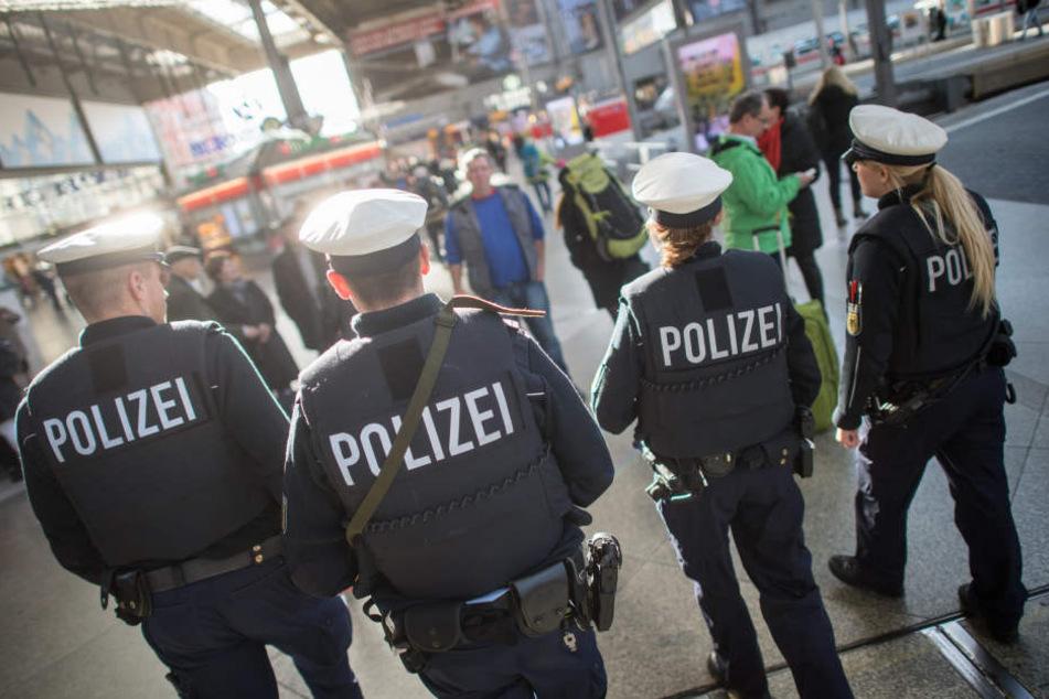Die Beamten der Deutschen Bahn und der Bundespolizei mussten am Donnerstag einschreiten, als vier Männer aufeinander losgingen. (Symbolbild)