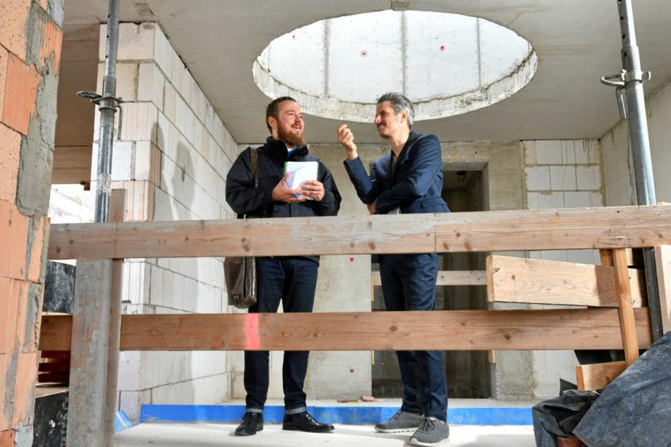 Architekt Hendrik Neumann (50, r.) erklärt, wie es in den obersten Etagen einmal aussehen soll.