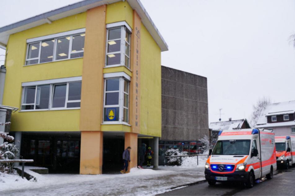 Rettungskräfte kümmerten sich um die verletzten Schüler.