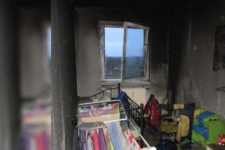Das Foto zeigt, wie stark der Brand das Kinderzimmer beschädigt hat.