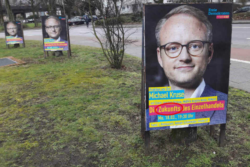 FDP-Plakate werben in Hamburg für eine Veranstaltung, doch beim Blick auf die Zukunft hat sich der Fehlerteufel eingeschlichen.