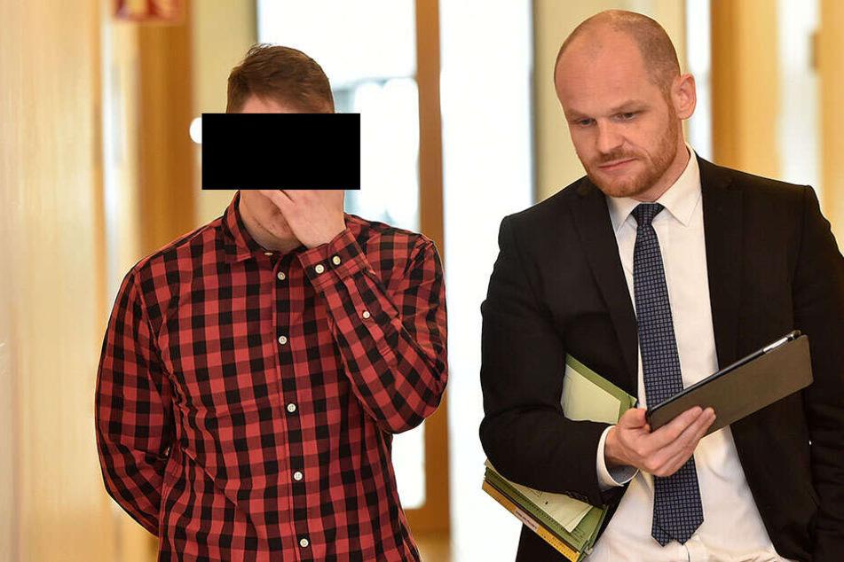 David P. (25, links) mit seinem Anwalt Carsten Brunzel auf dem Weg zum Prozess am Amtsgericht