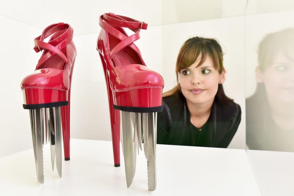 Dieser scharfe Schuh zeigt, dass Liebe eine gefährliche Sache ist. Susi Höfer (31) steht trotzdem auf High Heels.