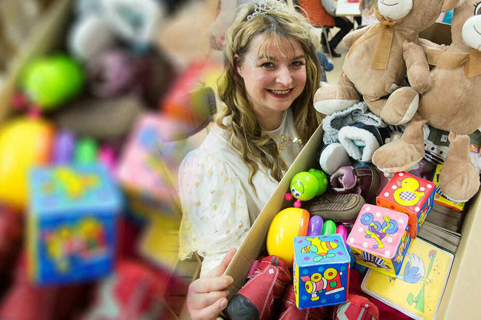 """TV-Sternchen Doreen Lämmel (40) in ihrer Lieblingsrolle: Im Familiencafé """"Krümel"""" beschenkte sie Kita-Kinder."""