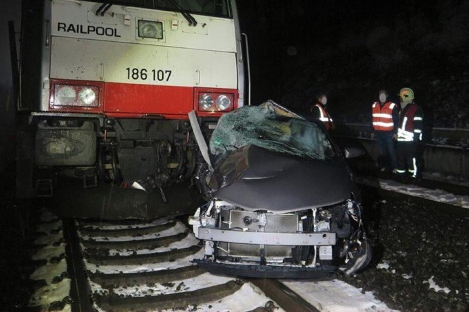 Das Unfallauto musste abgeschleppt werden.
