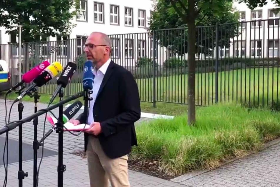 Der Screenshot zeigt Oberstaatsanwalt Oliver Kuhn in Wiesbaden