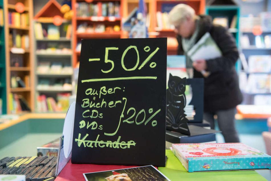 Ein Rabattschild steht am 16.01.2018 auf einer Auslage der Buchhandlung Schiller in Stuttgart.