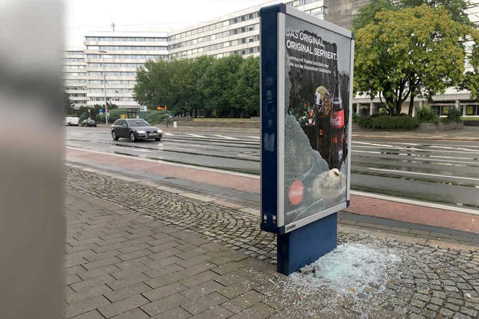Tatort in Chemnitz: Diese Werbetafel an der Brückenstraße wurde von Chaoten zerstört.
