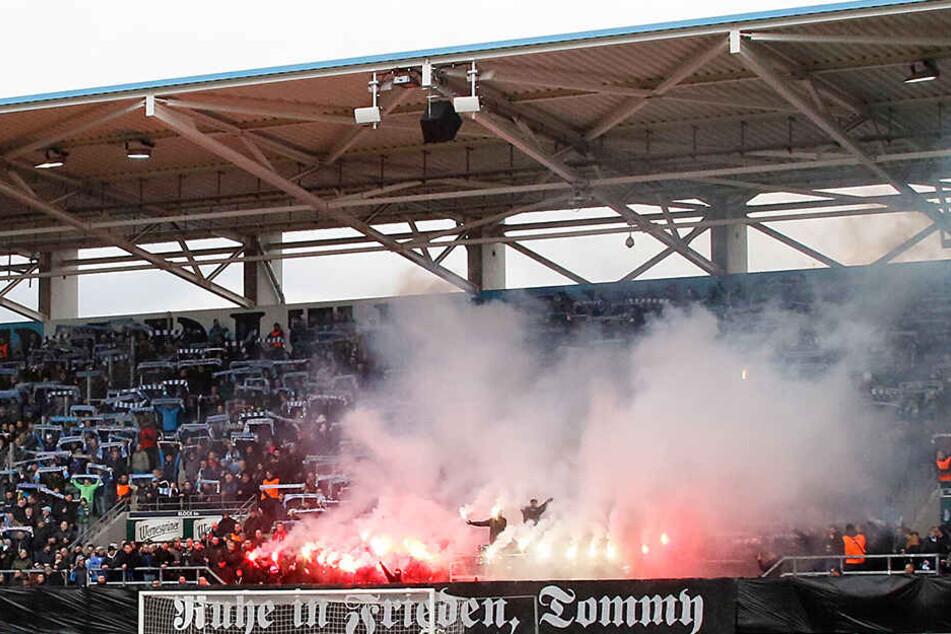 Mit einer Pyro-Choreo und einem Spruchband wurde dem verstorbenen Thomas Haller beim Chemnitzer Heimspiel gegen Altglienicke gedacht.