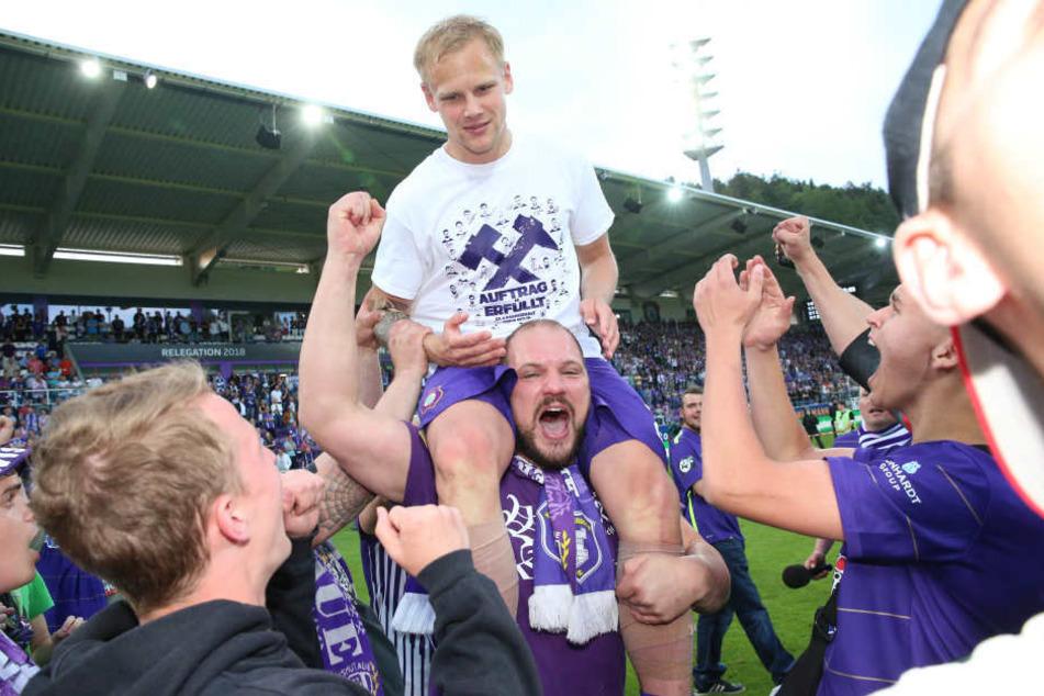 Nach dem Sieg im Relegationsrückspiel gegen den KSC wurde Sören Bertram von den Fans auf Händen getragen.