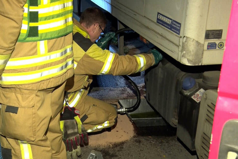 Hier kümmert sich ein Feuerwehrmann um das Loch, das ein Diesel-Dieb in den Lkw gebohrt hat.