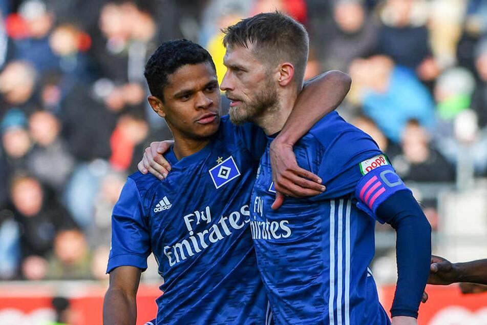 Jubel über die HSV-Führung: Douglas Santos gratuliert Torschützen Aaron Hunt zu seinem starken Freistoß.