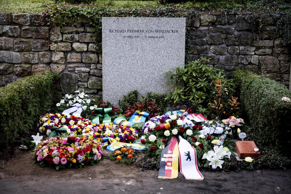 Das Grab von Fritz von Weizsäcker nach seiner Beisetzung auf dem Waldfriedhof in Berlin-Dahlem.