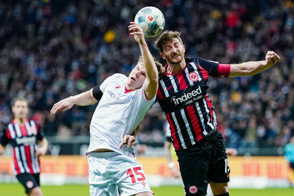 Berlins Marius Bülter (l) und Frankfurts David Abraham kämpfen um den Ball.