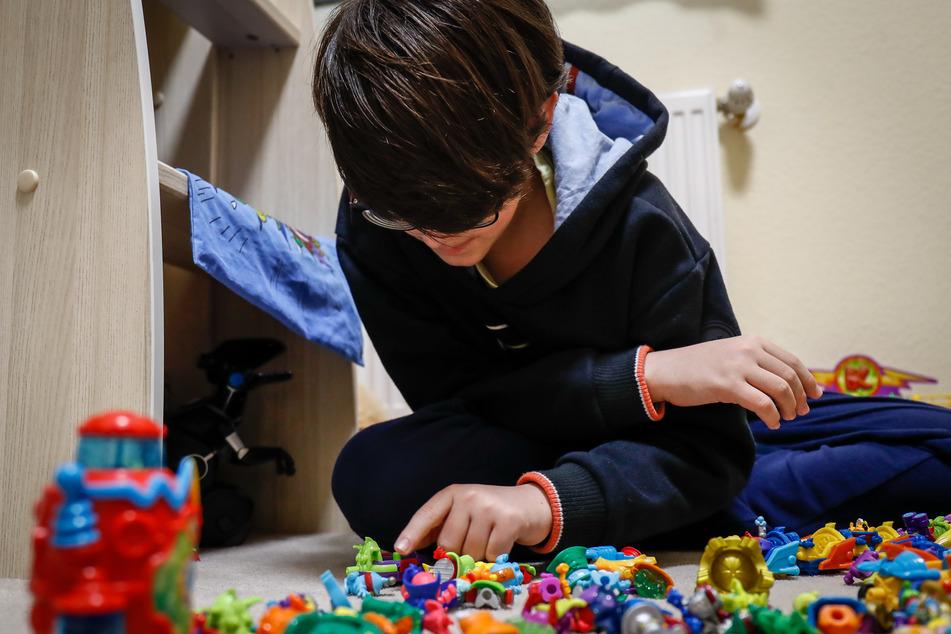 Ein Kind spielt während der Ausgangssperre zu Hause.