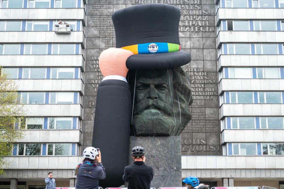 """Am Mittag bekam der """"Nischel"""" einen riesigen Zylinder aufgesetzt."""