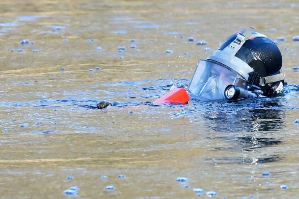 Ein Rettungstaucher schwimmt in einem Gewässer. (Symbolbild)