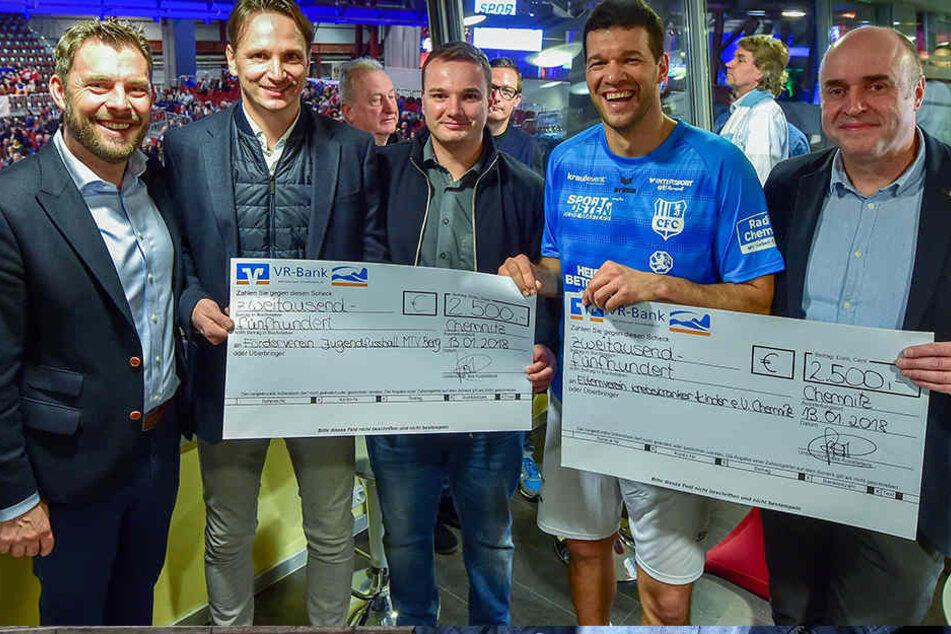 Es-Auswahlspieler Michael Ballack (41, 2.v.r.) hatte auch Spenden für kranke Chemnitzer mitgebracht.