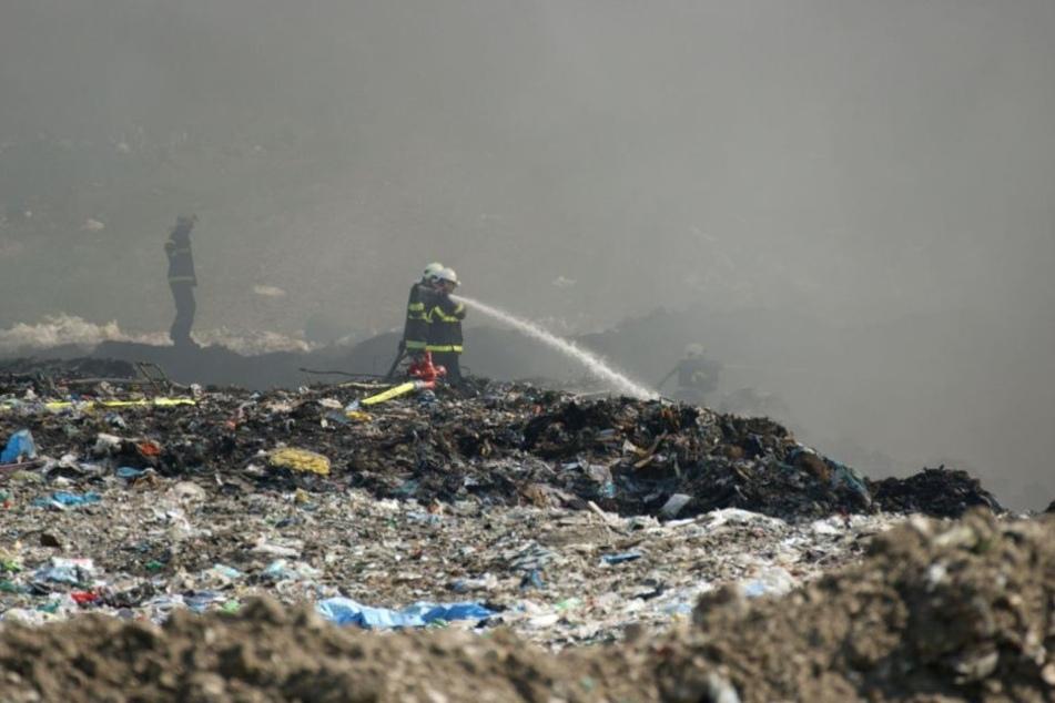 Auf der Deponie war Hausmüll in Brand geraten.