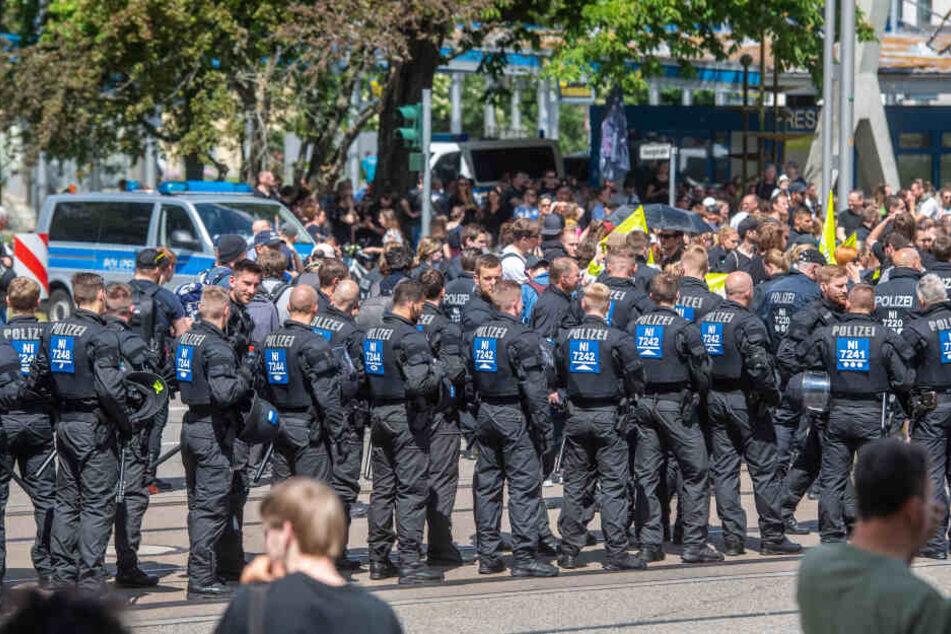 Die Polizei hatte etwa 2200 Beamte bei den Veranstaltungen im Einsatz.