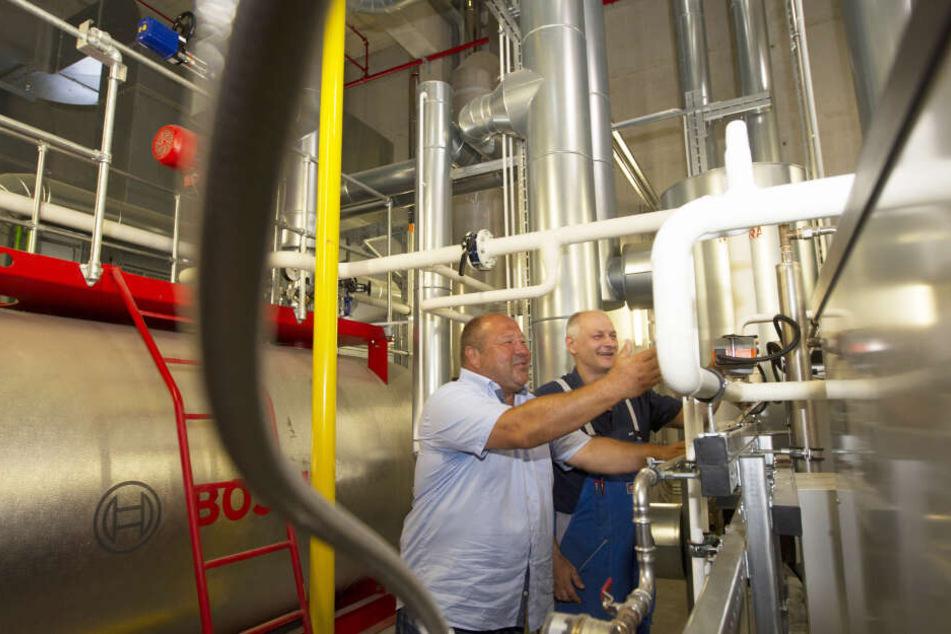 Klaus Büttner (l.) und Sandy Spörl prüfen eine Dampf-Anlage im Kesselhaus der Firma MAN Truck & Bus BMC Plauen.