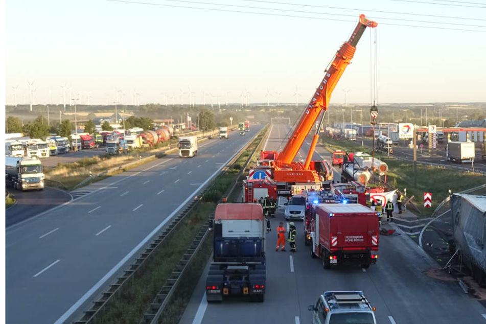 Nach knapp drei Stunden konnte der tote Lkw-Fahrer aus der Fahrerkabine geborgen werden. Kein leichter Einsatz für die Rettungskräfte!