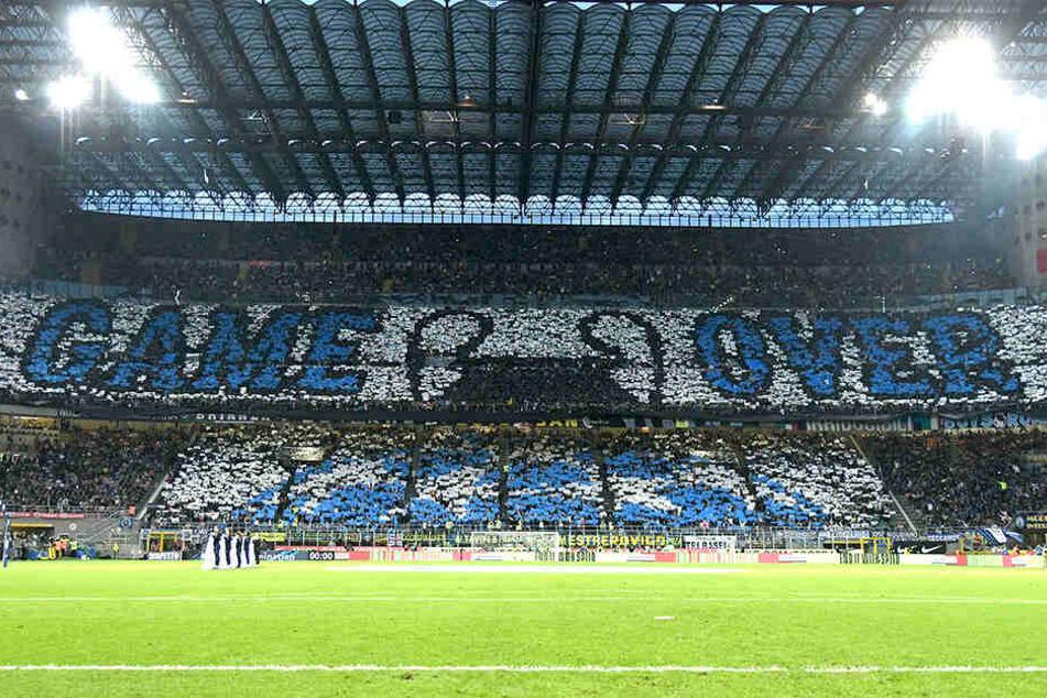 Die Inter-Fans gelten als sehr hingabevoll. Hier mit einer Choreo um Rivalen Juventus Turin hämisch an deren Ausscheiden in der UEFA Champions League zu erinnern.
