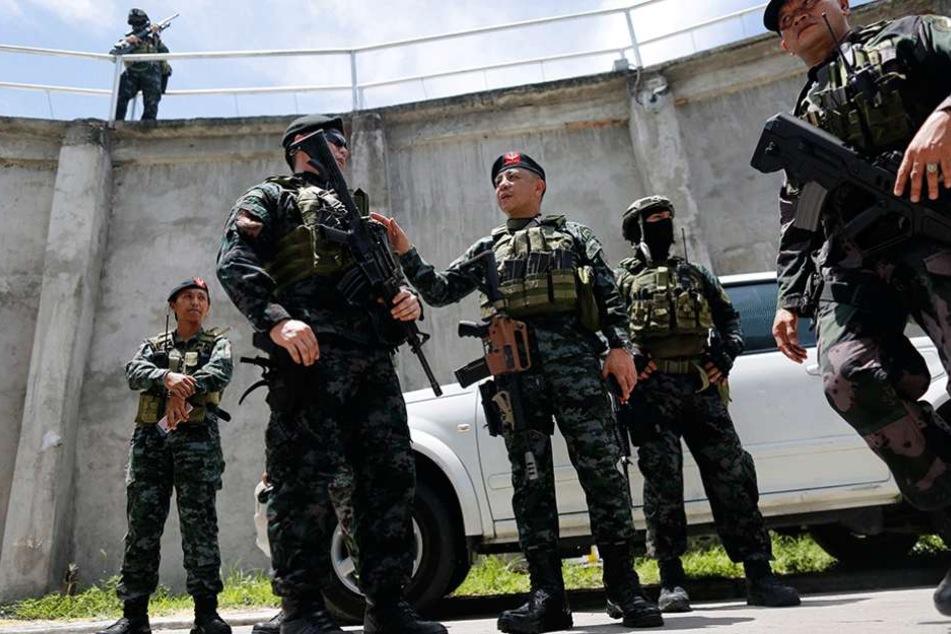 Philippinische Polizisten nahmen den Verdächtigen fest (Symbolbild).