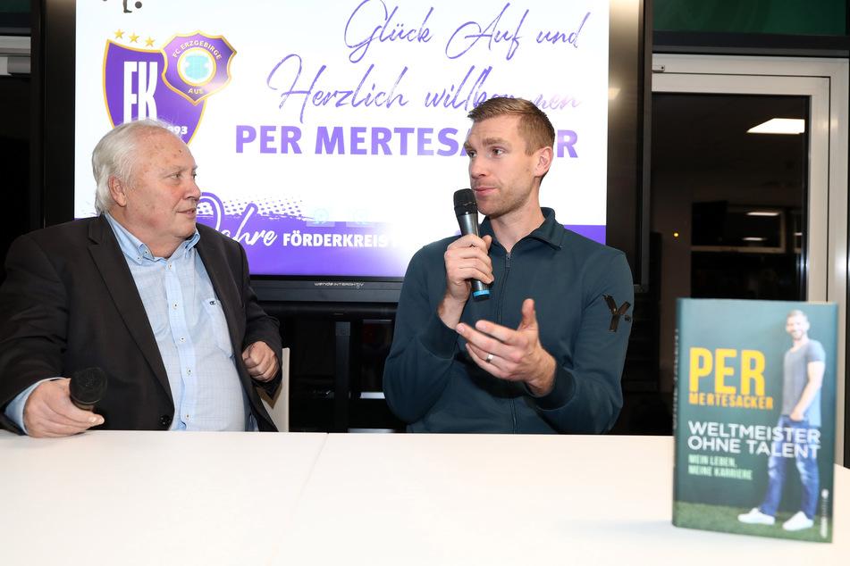 """Gert Zimmermann bei der Lesung von Per Mertesackers Buch """"Weltmeister ohne Talent: Mein Leben, meine Karriere"""" im Auer Erzgebirgsstadion am 9. November 2018."""