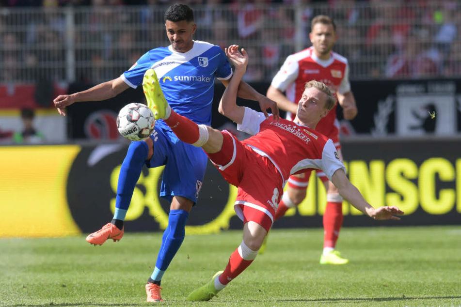 Magdeburgs Tarek Chahed (l) und Unions Joshua Mees im Zweikampf.