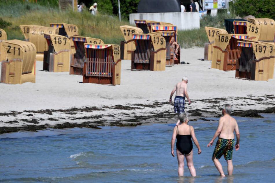 Aus bisher ungeklärten Umständen starb die Frau (70) beim Bad in der Ostsee. (Symbolbild)