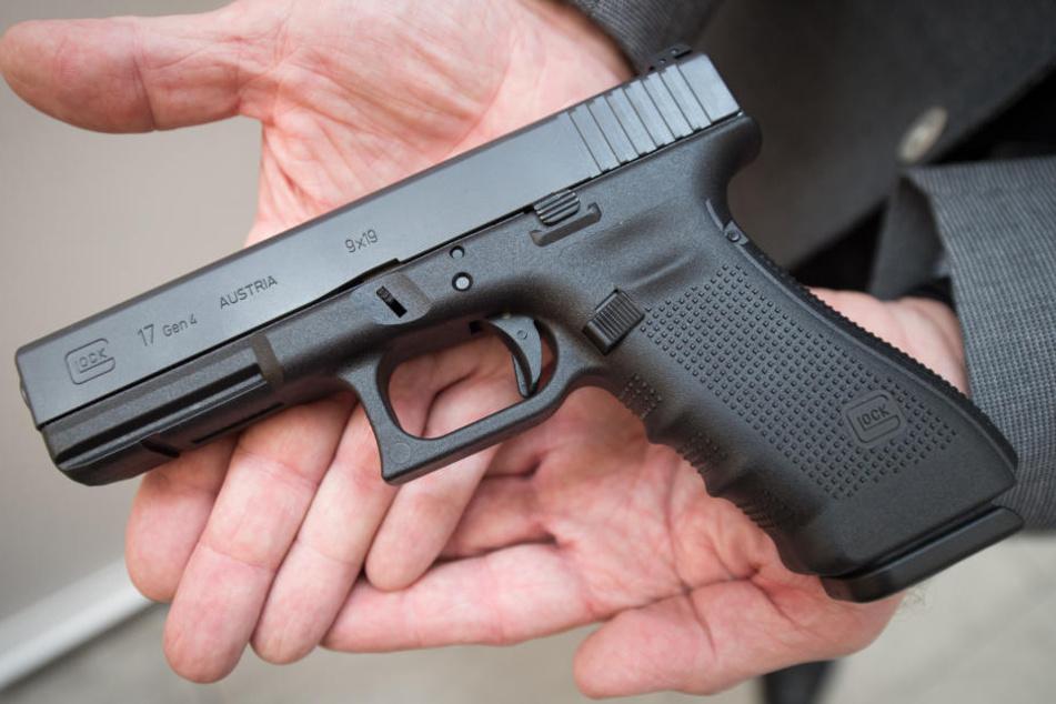 Mit seiner Dienstwaffe erschoss er die drei Personen und sich selbst. (Symbolbild)