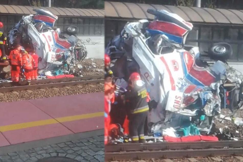 Zwei Tote: Notarztwagen rast in Intercity-Zug und wird völlig zerstört