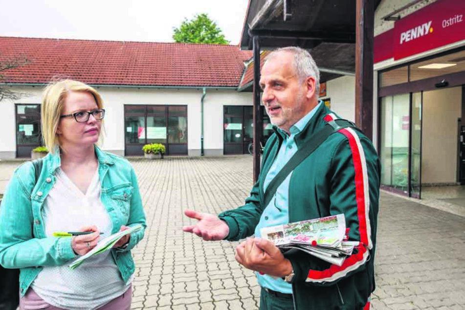 Vor dem Penny-Markt in Ostritz: Rico Gebhardt im Gespräch mit TAG24-Redakteurin Juliane Morgenroth.