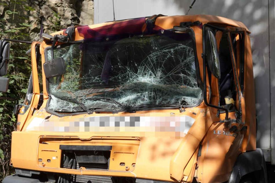 Die Fahrzeugkabine wurde bei dem Unfall stark beschädigt.