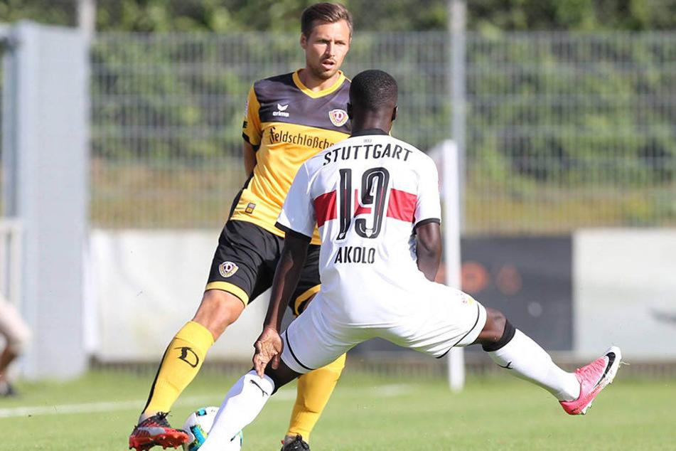 Testspiel gegen den VFB Stuttgart: Sören Gonther versucht, Chadrac Akolo auszuspielen.