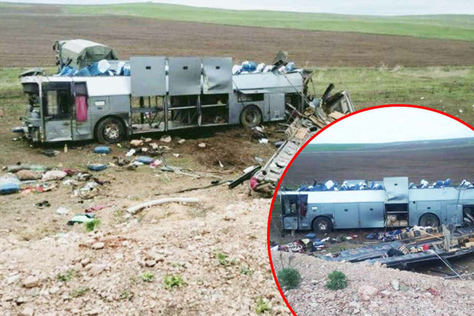 Horror-Crash! Bus überschlägt sich mehrfach auf Autobahn: 11 Tote und 30 Verletzte