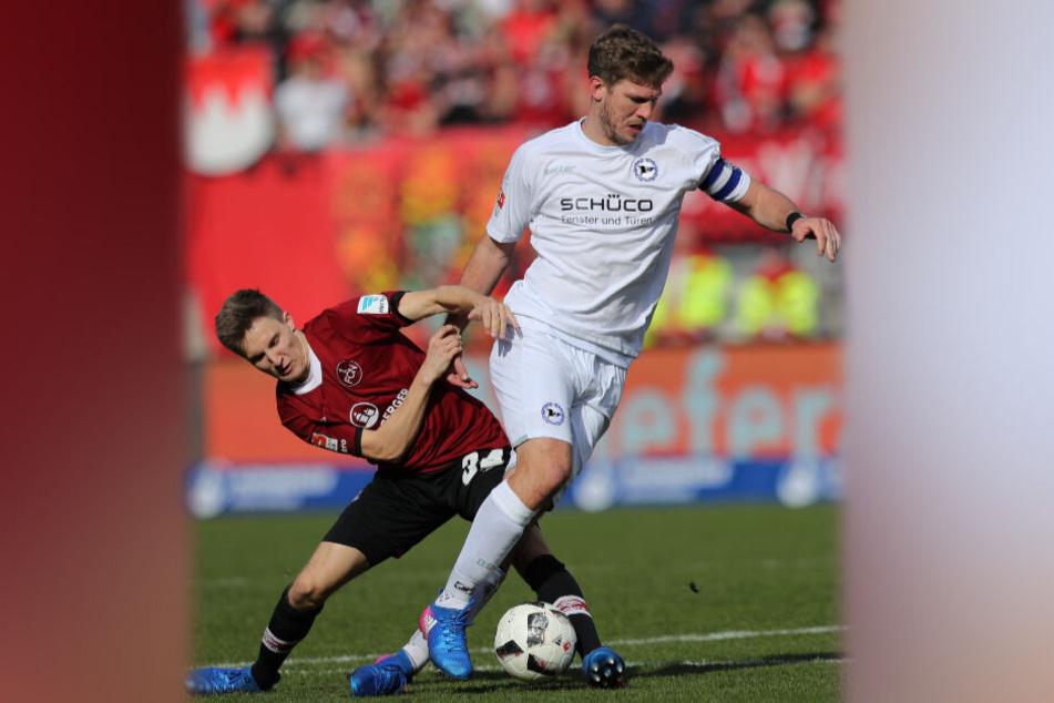 Im März 2017 kämpft Dennis Lippert (l) mit dem Bielefelder Fabian Klos um den Ball. Wenige Tage später riss er sich das Kreuzband.