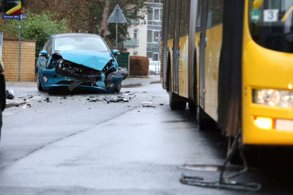Die Front des Autos wurde bei dem Unfall völlig zerstört.