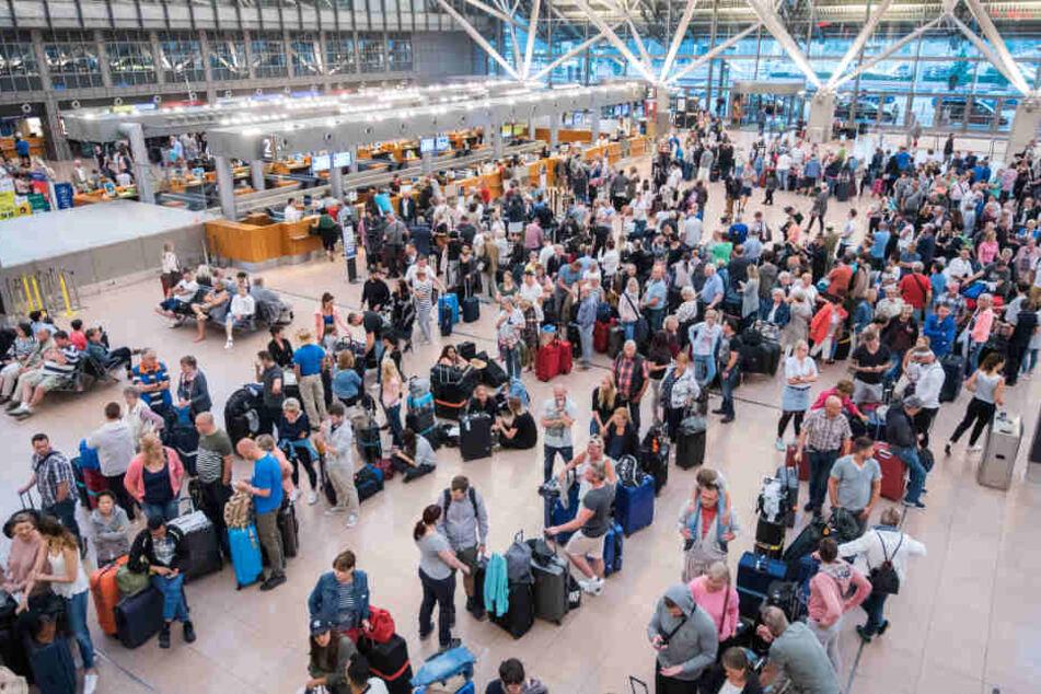 Reisende warten auf ihre Flüge am Flughafen Hamburg, die Einigung mit der Gewerkschaft dürfte ihnen weitere Streiks ersparen.