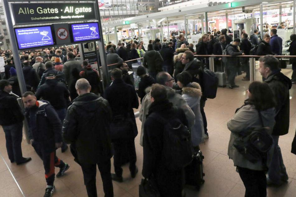 Insgesamt sind am Montag 50.000 Passagiere von dem Warnstreik betroffen.