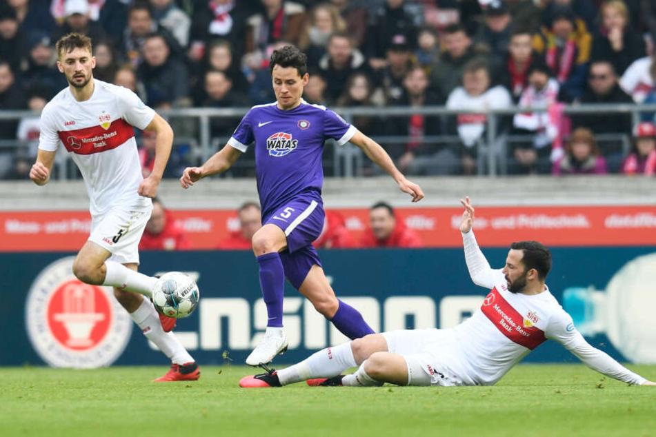 Clemens Fandrich (M.) zieht hier durch die Stuttgarter Gonzalo Castro (r.) und Nathaniel Phillips.