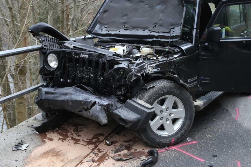 Ein Ford war frontal mit dem Jeep kollidiert.