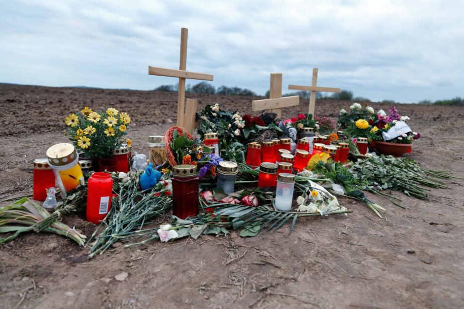 Blumen und Gedenkkreuze auf dem Feld, wo der 38-Jährige tot gefunden wurde.