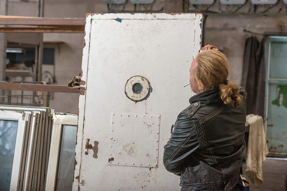 """Die Rückseite der Knasttür einschließlich """"Futterluke"""" ist mit Blech vernietet. """
