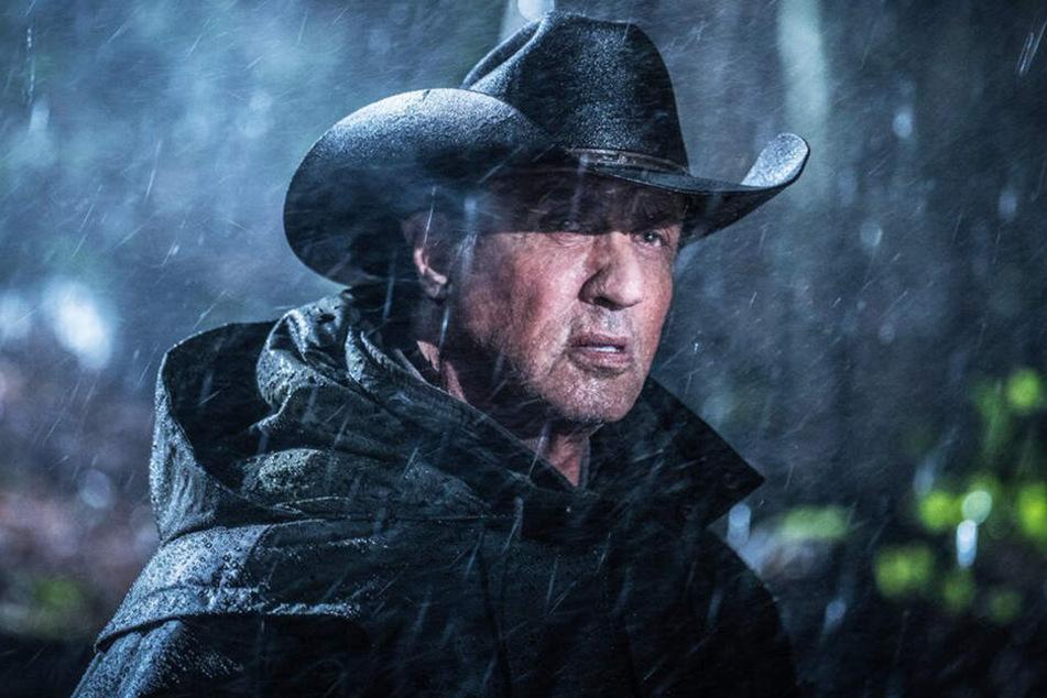 John Rambo (Sylvester Stallone) meldet sich freiwillig als Sturmhelfer und rettet einem Mädchen durch seinen beherzten Einsatz das Leben.