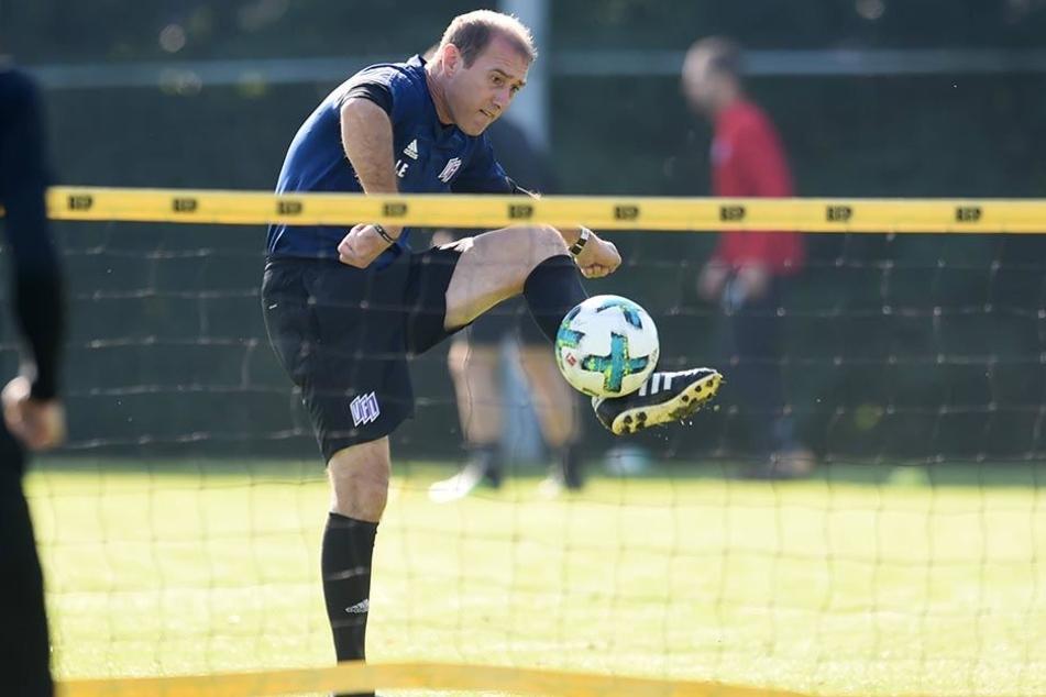 Joe Enochs noch als Trainer des VfL Osnabrück beim Fußball-Tennis. Er kann mit dem Ball umgehen...