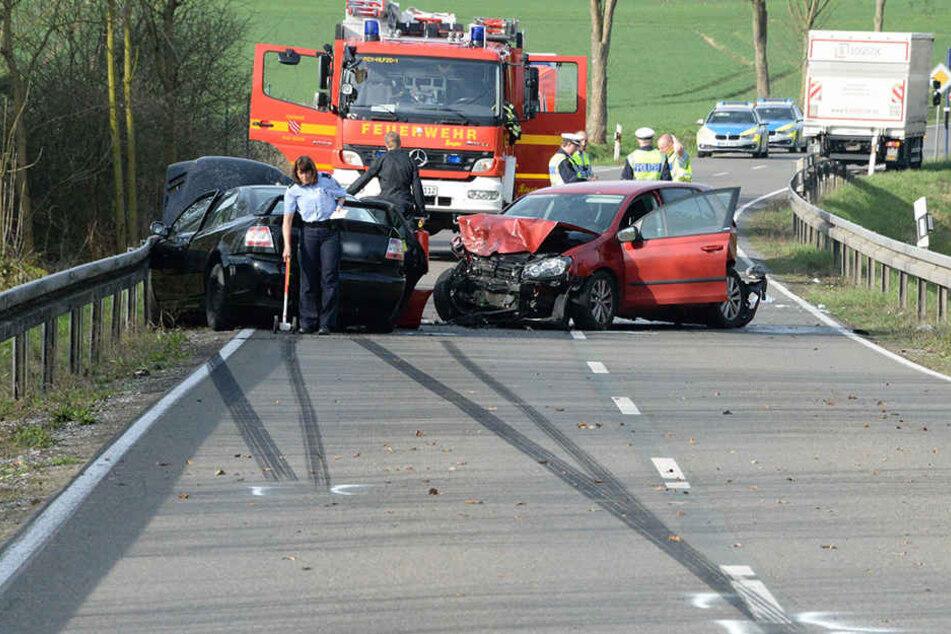 Die Polizei untersuchte nach dem Crash die Unfallstelle.