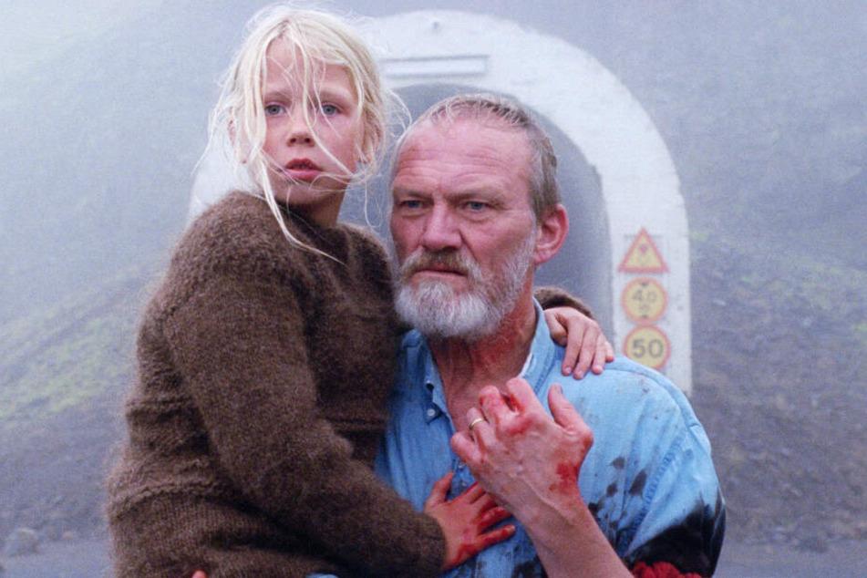 Ingimundur (Ingvar Sigurdsson) kümmert sich liebevoll um seine Enkelin Salka (Ida Mekkin Hlynsdottir).